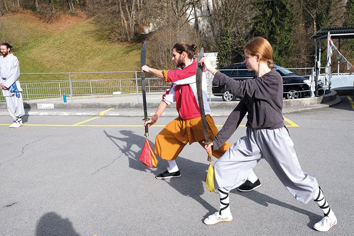 Kung Fu Unterricht mit Schwert.