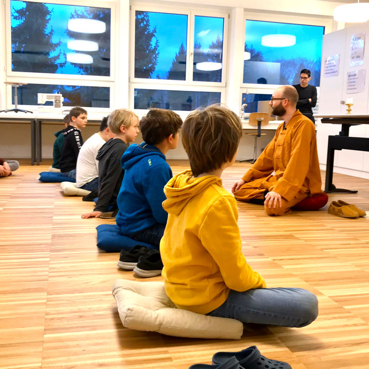 Kinder bei Meditation