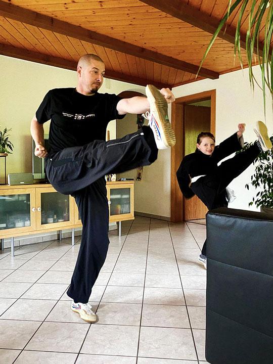 Vater und Tochter beim Kung Fu Unterricht.
