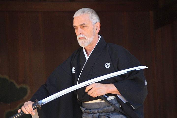 Iaido Meister zieht Schwert