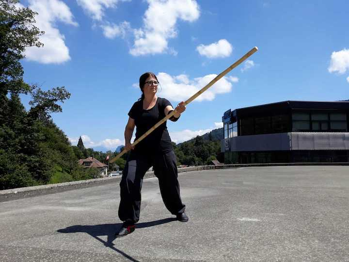 barbara mit stock bei kung fu form